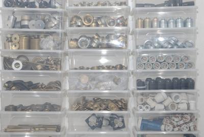 Porzellanfassungen, Metallstellringe und GU10-Hochvoltfassungen.